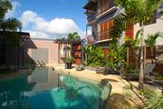 <p>お庭やプールは常夏、リゾートの雰囲気。プールは大きいサイズから小さいものまでたくさんあって、ゆったりした時間を過ごすにに最適です。</p>