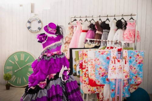 <p>完全貸し切り型、 他のお客様を気にすること無く ゆっくりと撮影、自然な表情を作品にします。 お子様用の貸衣装もドレスから和服まで揃っています。</p>