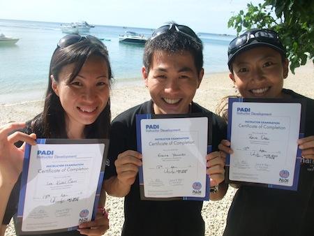 <p>「Kenjiさんの講習はわかりやすくて、楽しい。 海のおもしろさを再確認できました。 情熱的で最高の先生。まさに恩師です!」 と卒業生のEisukeさん(写真中)。 マジメに、時には楽しくスキルアップを目指しましょう!</p>