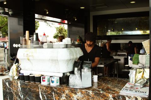 <p>自動車が変えてしまう様な高級エスプレッソマシン! 「ラ・マルゾッコ」というイタリアのメーカーは現在、世界バリスタ選手権公式認定メーカーとして 世界のカフェ御用達の超人気マシン! その一貫したコーヒーの完成度には驚き!</p>