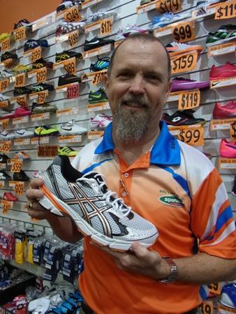 <p>靴のことなら靴販売歴25年のグラブさんに!「なんのスポーツをするかによってもどんな靴がいいのか変わってきます。 ランニングならクッションの入っているもの…とかね。 サイズも甲の高さによって微妙に変わったりするから、 とにかく一声かけてみて!」</p>