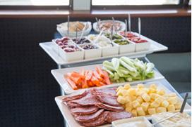 <p>チーズ、クラッカー、サラミに野菜スティックなどフィンガーフードの種類が豊富で嬉しい。</p>