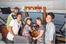 <p>操縦室に入って船長さんと一緒に記念撮影!!最高の旅の思い出になる事間違いなし。</p>