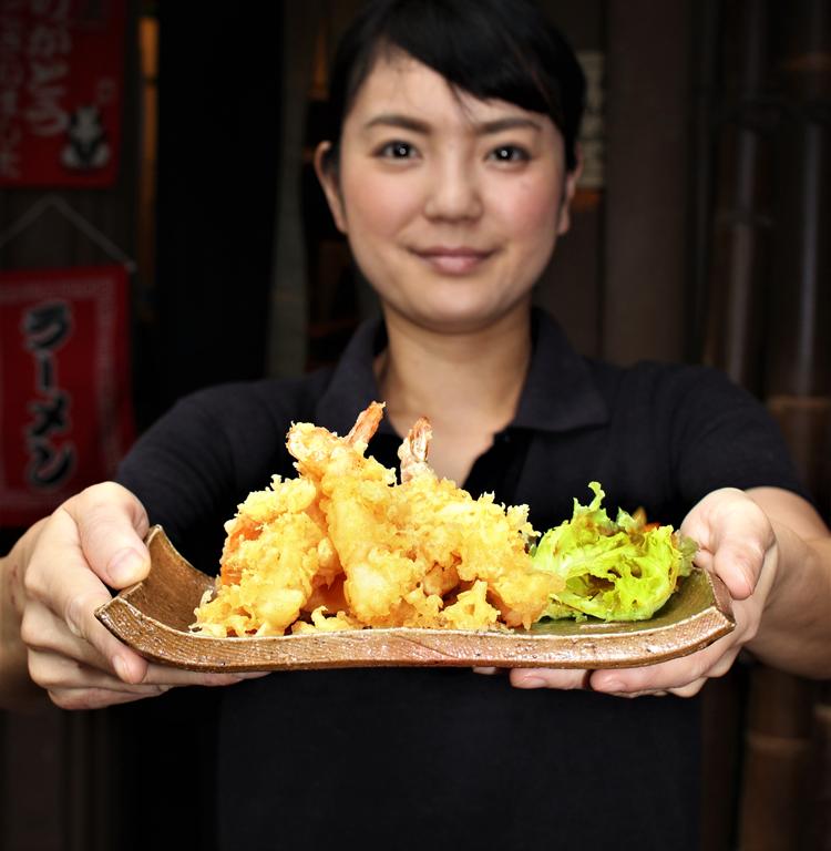 <p>他にもサクサクの天ぷら御膳や ケアンズでは珍しいうな重など和食メニューがいっぱい。 手軽に食べられる手巻きも種類が豊富です。</p> <p>地元の窯で作られたキュランダ焼の器でサーブされるのも粋。</p>