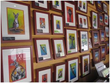 <p>オーストラリアの動物たちをかわいらしく描かれた絵はお土産に大人気。 お値段もお手ごろで、オーストラリア旅行の記念にもなりますよ。</p>