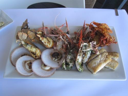 <p>カニ、エビ3種類(ウチワエビ、クルマエビ、ヤビー)、魚、ホタテ、牡蠣などの新鮮なシーフードが食べられます。 シーフードの他にもオージーステーキ等のメニューも豊富。</p>