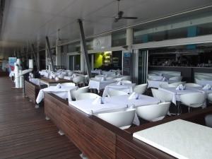 <p>モチロン 船の行き来を見ながらのオープンテラスもロマンティックです。 お子様もOK! 毎日、ローカル・旅行客で賑わっています。</p>