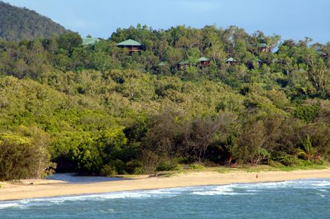 <p>海と山の絶景を望む83室すべてが放れのバンガローとなっており、 貴方だけの時間を約束してくれます。 眼下に広がるプライベートビーチ、専属ガイドによる自然散策やバードウォッチングなどネイチャーアクティビティーを思いっきりプライベートで楽しむことが可能です。</p>