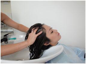 <p><大人気ヘッドスパ> 美しく、健康な髪は、やはり頭皮/地肌からですよね。 頭皮ケアを怠るとお顔までたるんできてしまいます。 特にこれからの季節、紫外線も気になります。 髪のダメージだけでなく、紫外線で酸化し、固くなってしまった皮脂が、毛穴に詰まって頭皮の健康を妨げてしまいます。 そこで当店では、地肌のコンディションにあわせ、プレシャンプー、シャンプー等をセレクト、頭皮の過剰な皮脂や汚れを取り除き、皮脂量のバランスを整え、健やかに保つ、ヘッドスパを行います。</p>