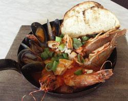 <p>お店のおすすめは、シーフード盛り $38.90 新鮮な地元産のムール貝、海老、イカなどのシーフードを特製の自家製トマトペーストで仕上げた激ウマの逸品です!</p>
