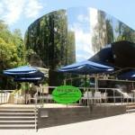 <p>ボタニックガーデンのインフォメーションセンター奥にひと際目立つ鏡張りの建物。</p>
