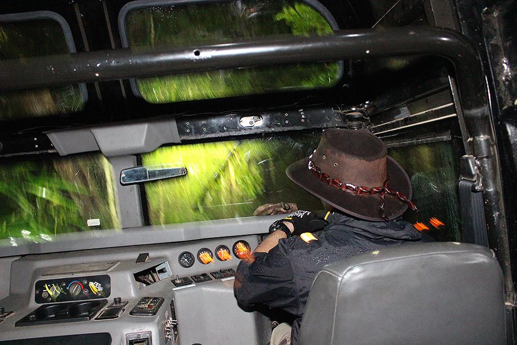 4WDハマーで真っ暗な世界遺産の熱帯雨林を駆け巡る!