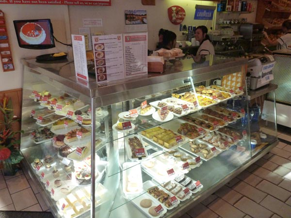 街で人気のケーキ屋さん、Swiss Cake & Coffee Shop!!