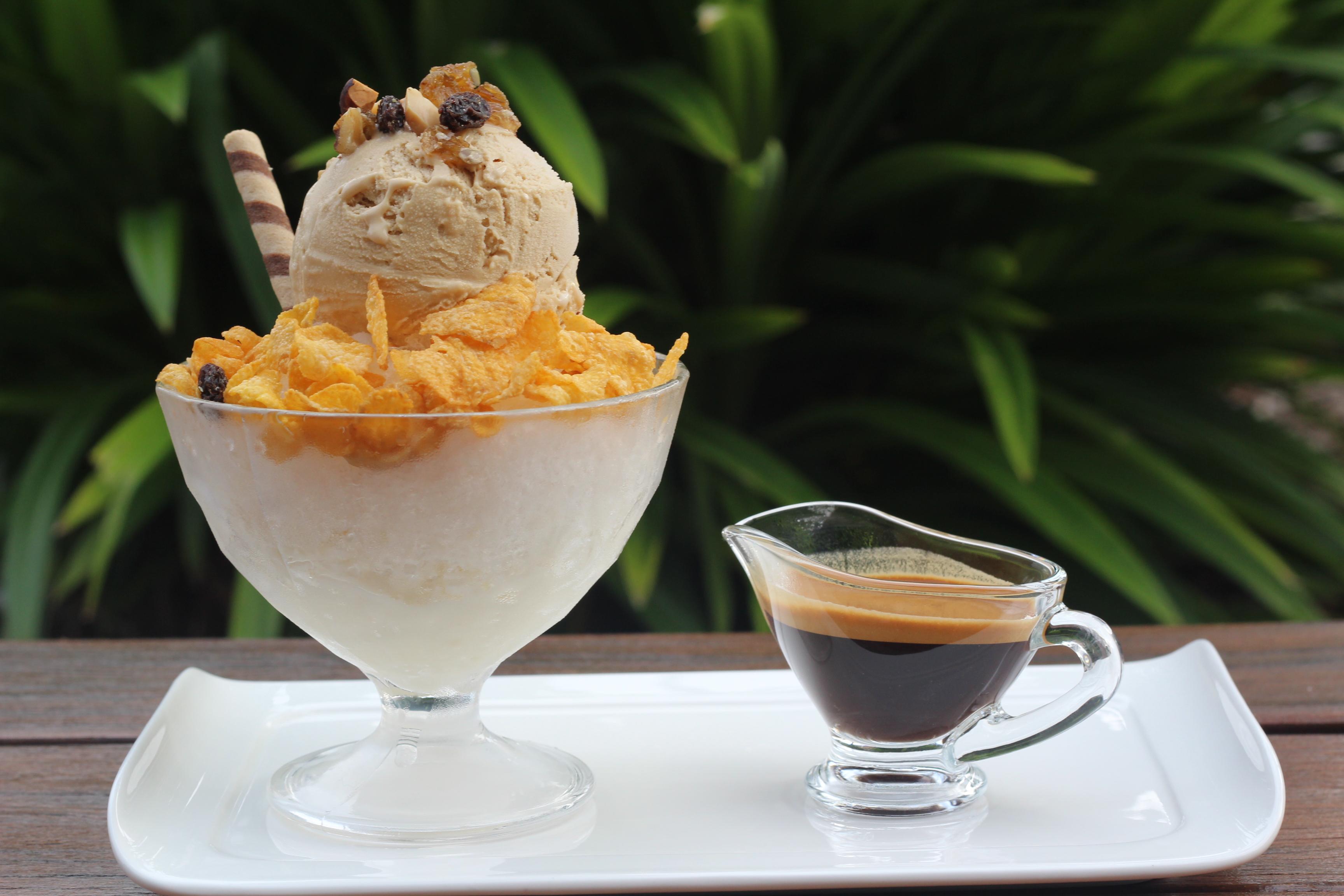 <p>コーヒーアイスがのった、ふわふわかき氷にコーヒーシロップをかけて食べる『コーヒービンス』</p>