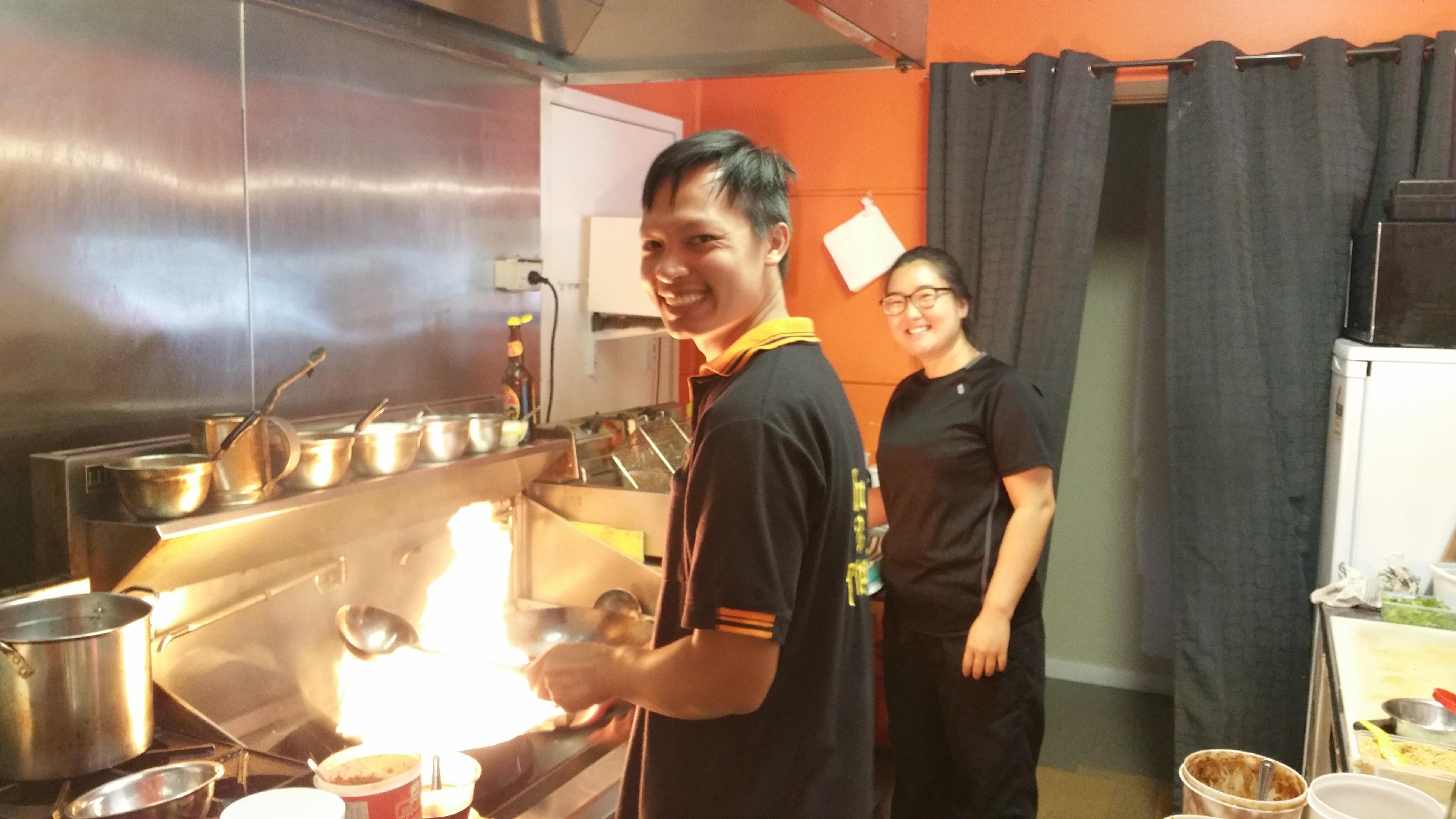 <p>タイの伝統的な家庭料理を作るシェフとフレンドリーなスッタッフ</p>