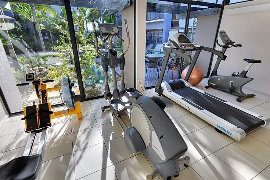 <p>施設内のジムではランニングマシンやエアロバイクなどがあり汗を流すことが出来ます。</p>