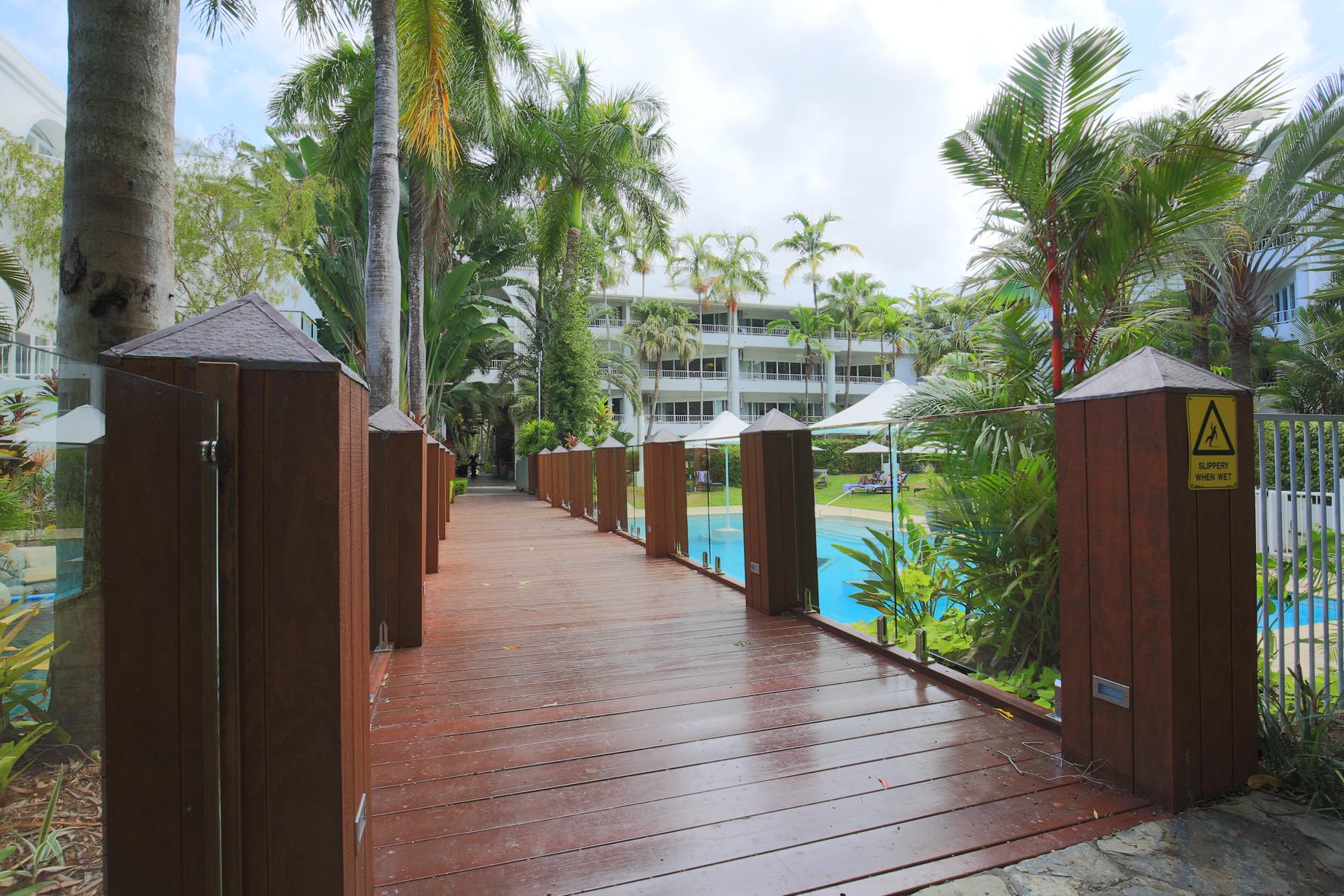 <p>敷地内は多くの熱帯植物で蔽われ、緑が豊富でリゾート気分を満喫できる静かな大人のコンドミニアム。</p>