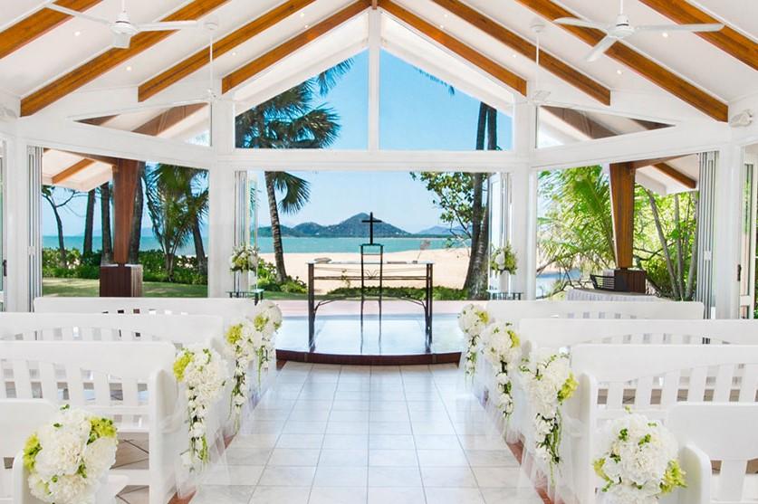<p>施設内には海沿いに面したガラス張りの人気のチャペルがあり、180度のパノラマで紺碧の海を眺めることができる。</p>