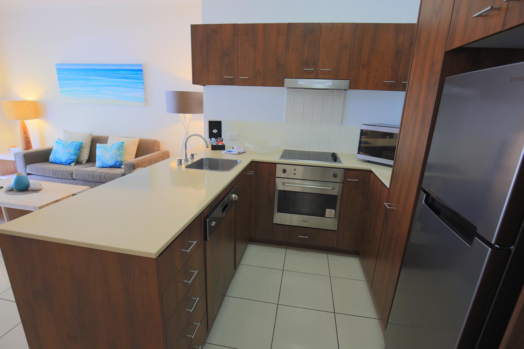 <p>キッチンにはIHコンロ、オーブン、電子レンジ、冷蔵庫などが揃う。</p>