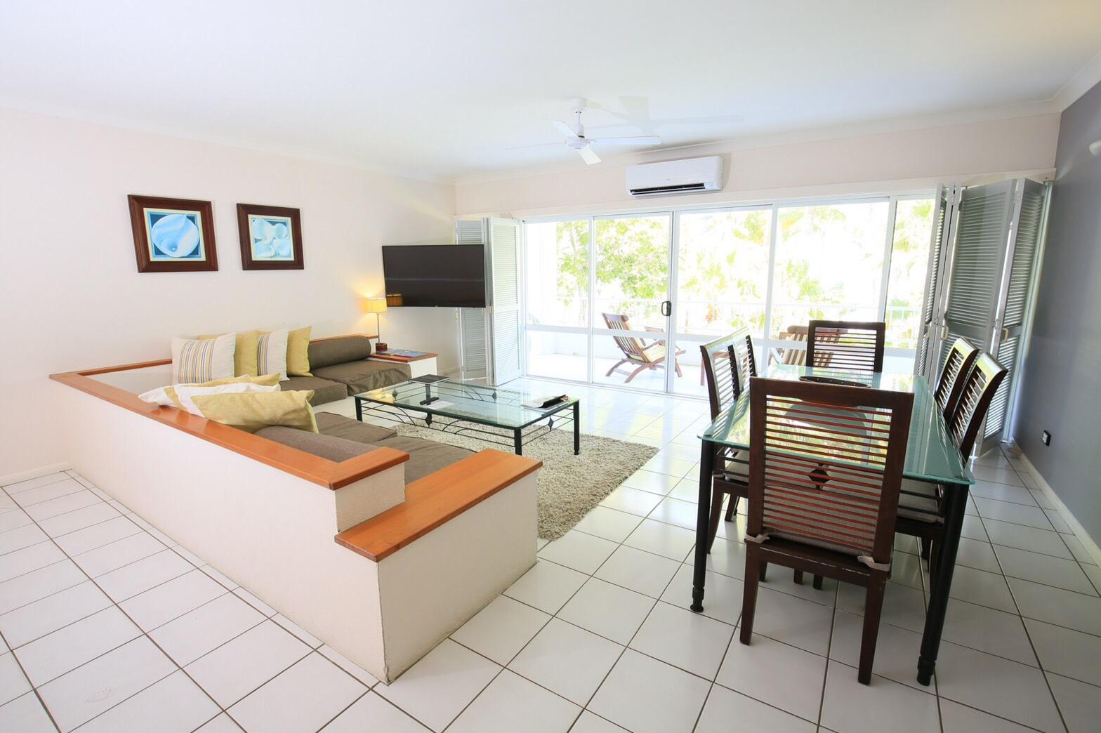 <p>スイートタイプのお部屋はとっても広く大型のソファーやダイニングテーブルなど充実の設備!</p>