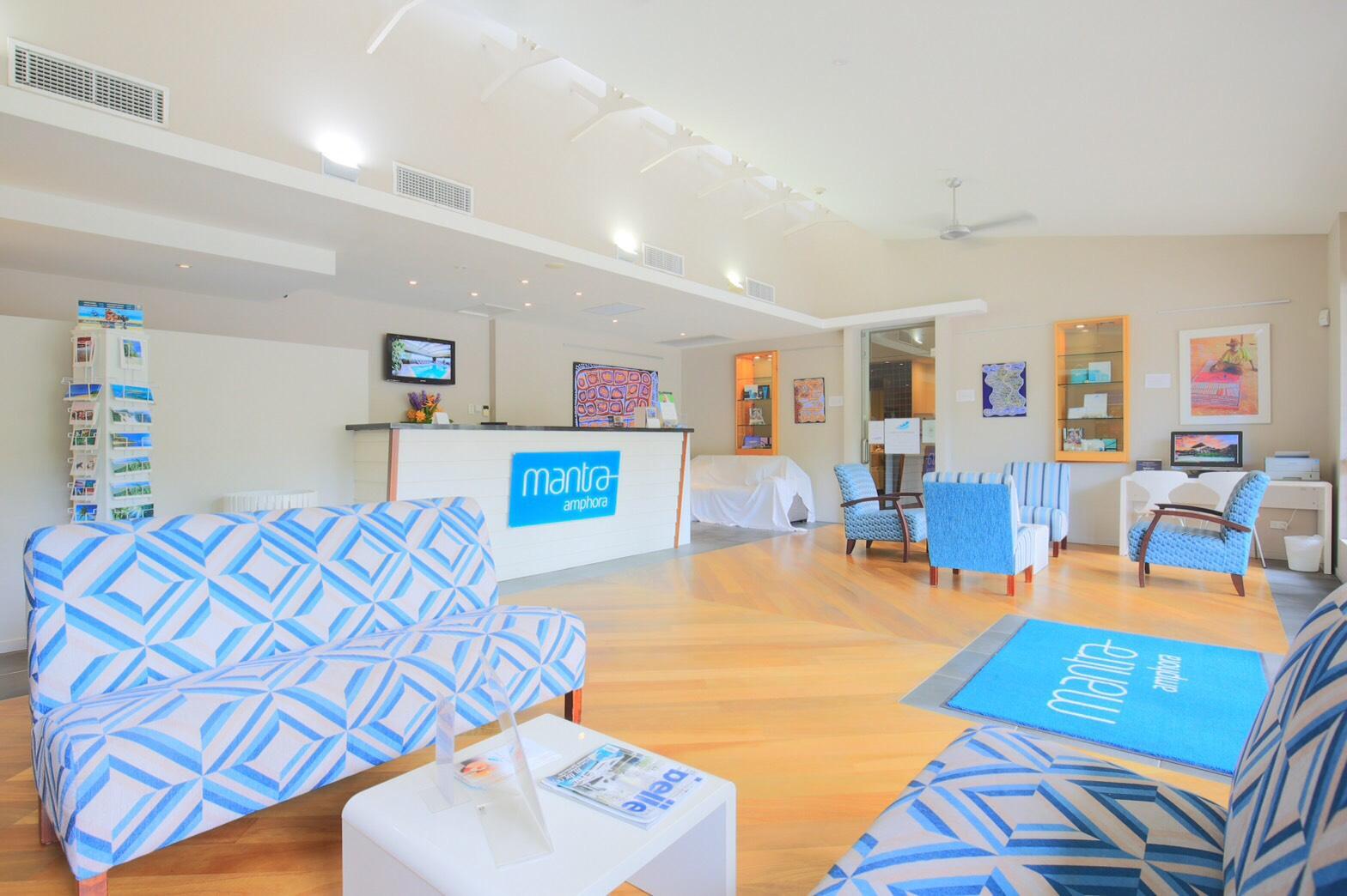 <p>涼しげな青を基調としたフロント、受付のスタッフはとても気さくで親切。</p>