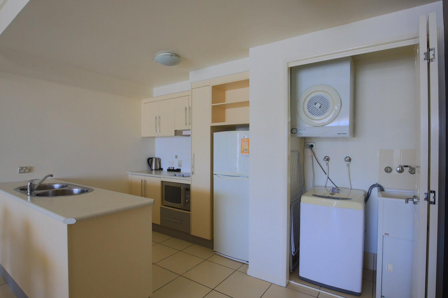 <p>冷蔵庫や洗濯機もお部屋内に完備、長期滞在の方にはとっても嬉しい。</p>