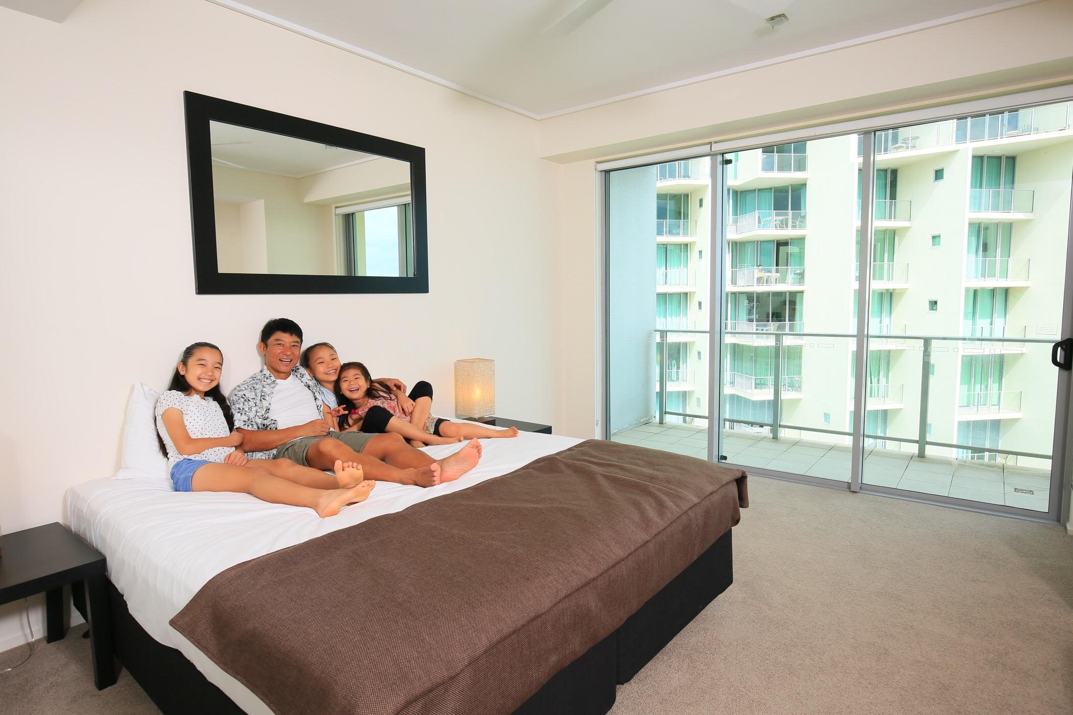 <p>メインベッドルームにある大型のベッドは大人数でも眠れるゆったり広々サイズ。フカフカのベッドは快適な寝心地が得られること間違いなし。</p>