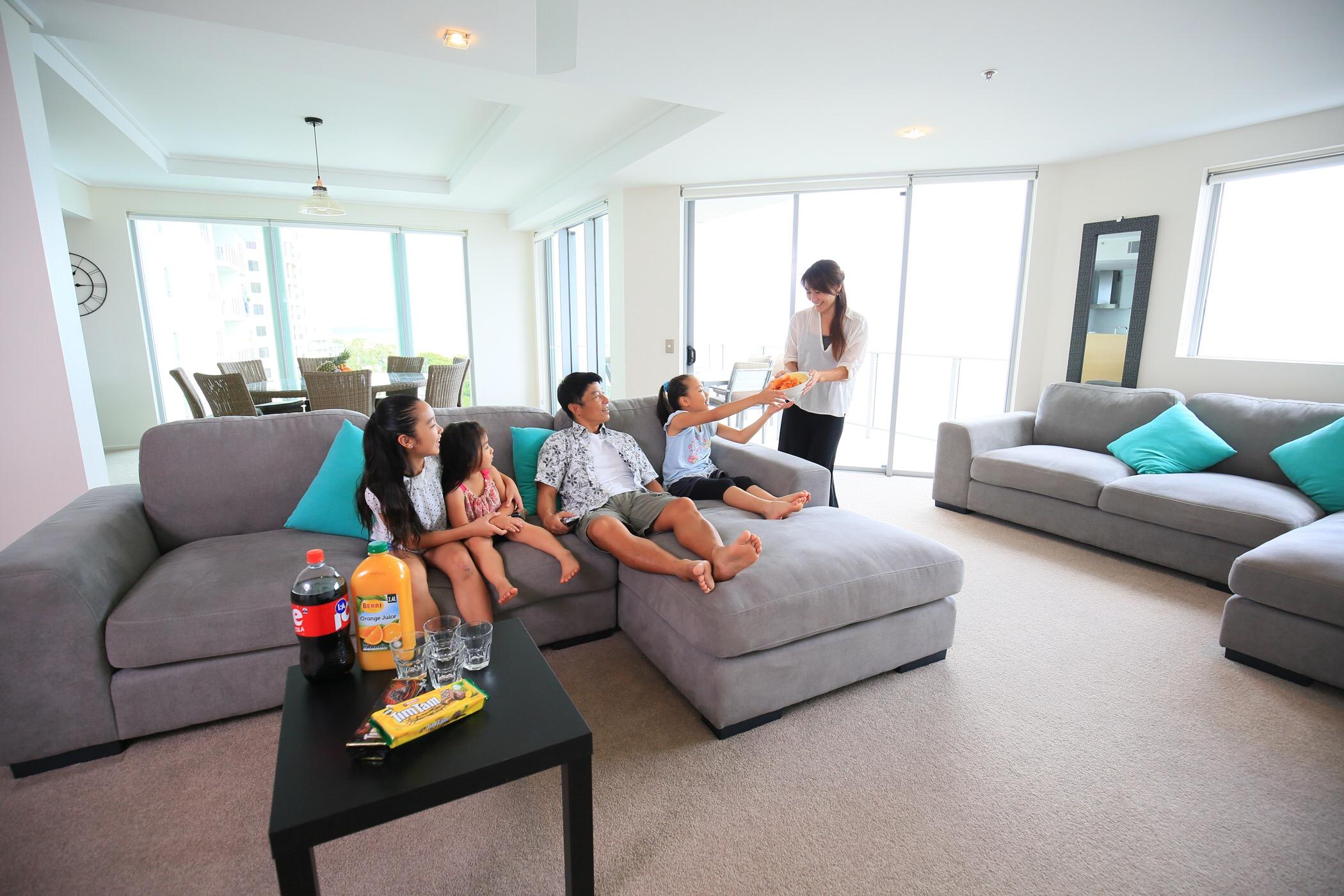 <p>お部屋には家族全員が座れる大きなソファーやダイニングテーブルが設置されていて寛げるスペースがいっぱい。</p>