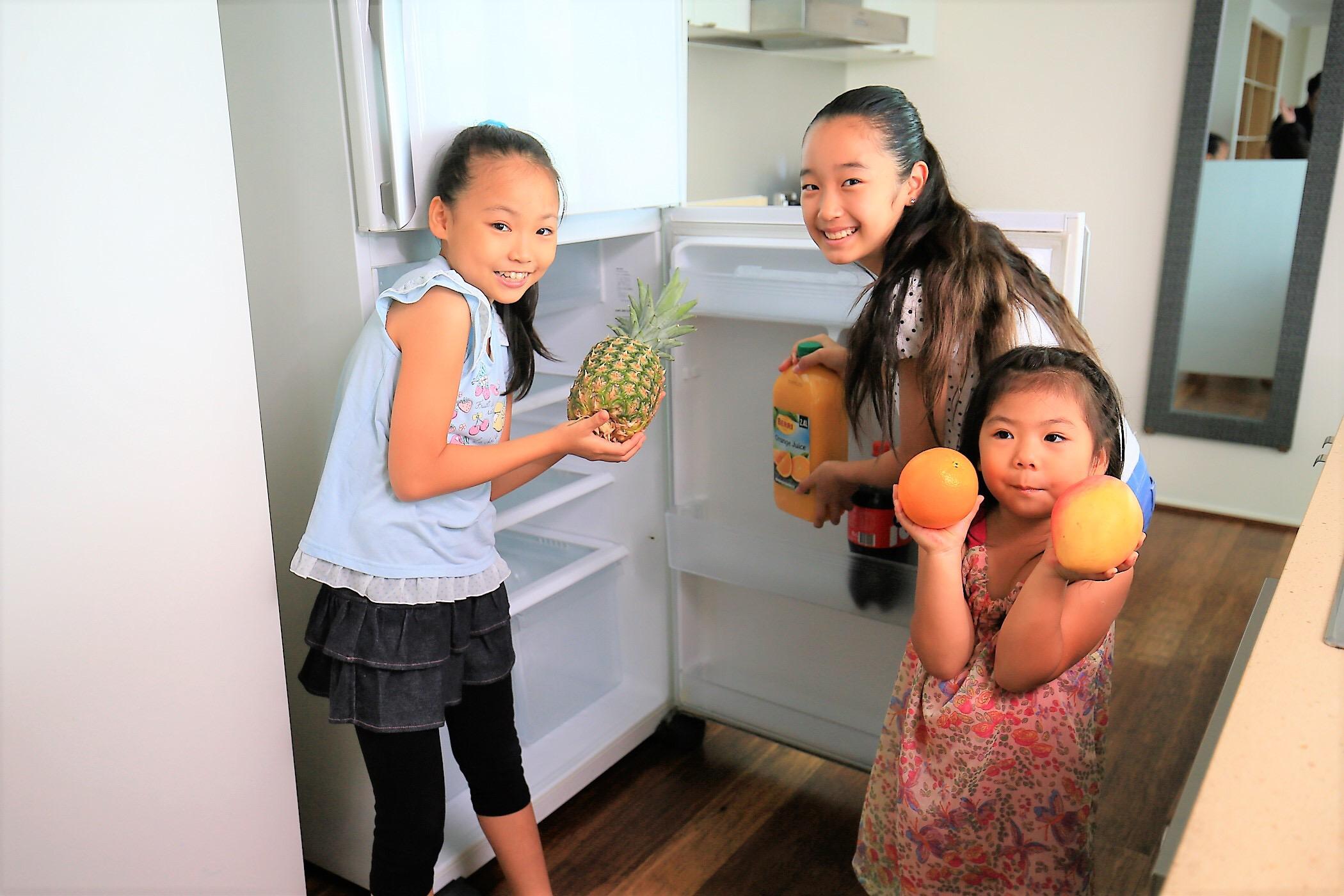 <p>お部屋の冷蔵庫はとっても広々としていて、スーパーマーケットで購入した滞在中の食材もいっぱい入れられます。</p>