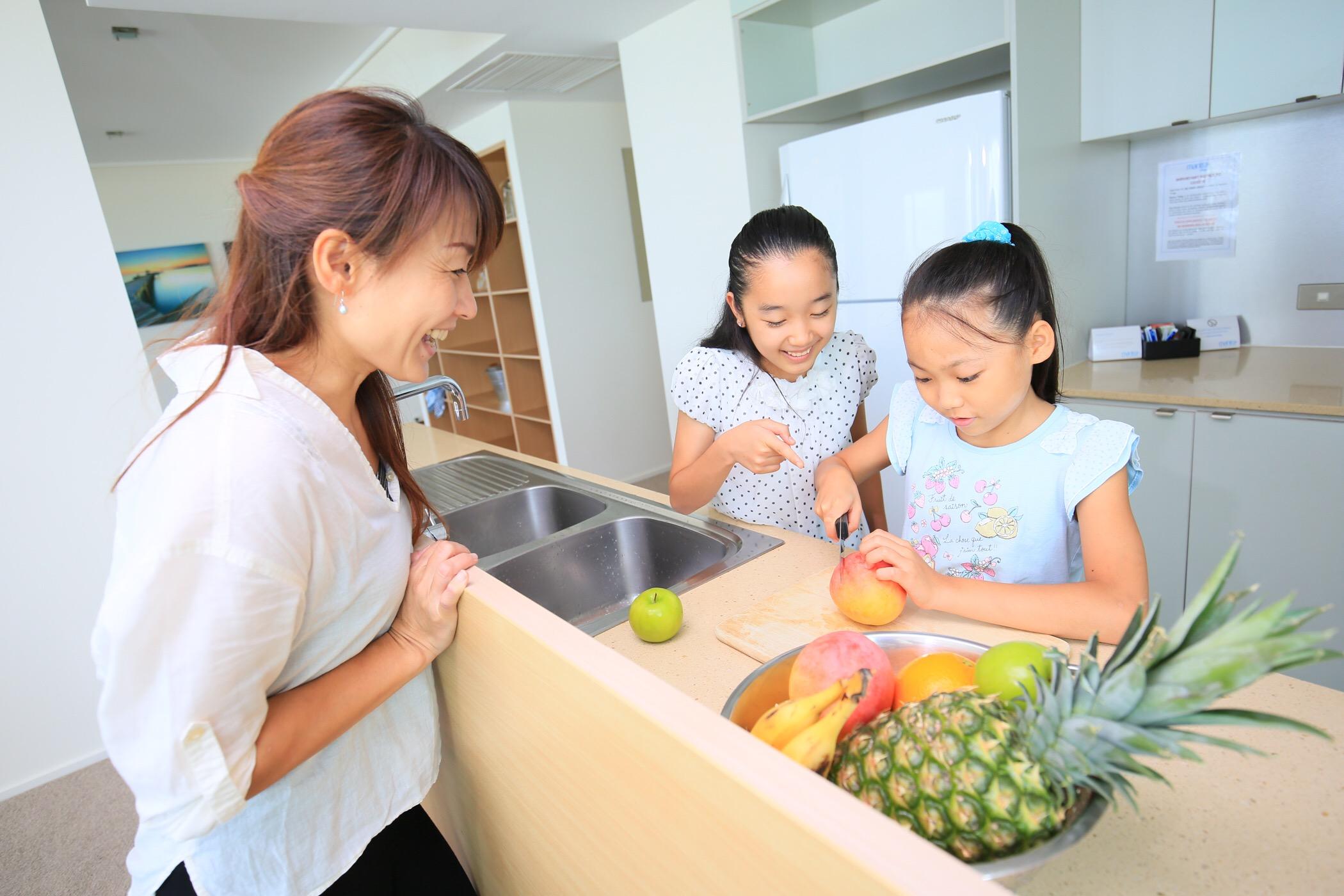<p>キッチン用品が全て部屋に備わっているからフルーツをカットしたり、ステーキを焼いたりなど様々な調理が可能。</p>