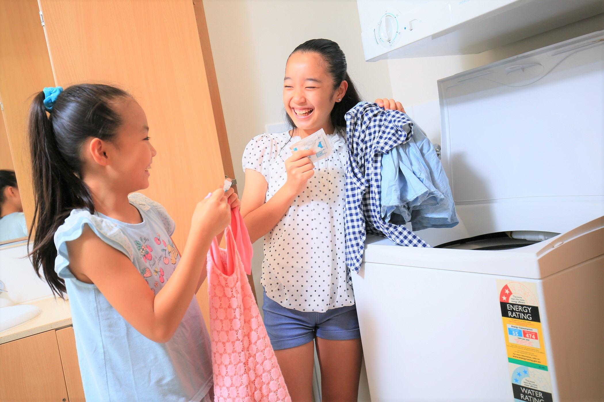 <p>お部屋内に洗濯機と乾燥機があるので滞在中に衣類が洗えるのは嬉しい!使い方はとっても簡単!</p>