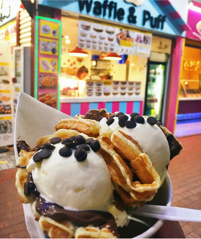 <p>ケアンズに来たならMUSTで食べたいワッフル。一番人気は美味しいアイスクリームと高級チョコレートとして有名なフェレロ・ロシェそしてヌテラの最強コンビネーション。他にもアップルシナモンなど生クリームと食べるクラシックワッフルなどメニューがとっても豊富。</p>