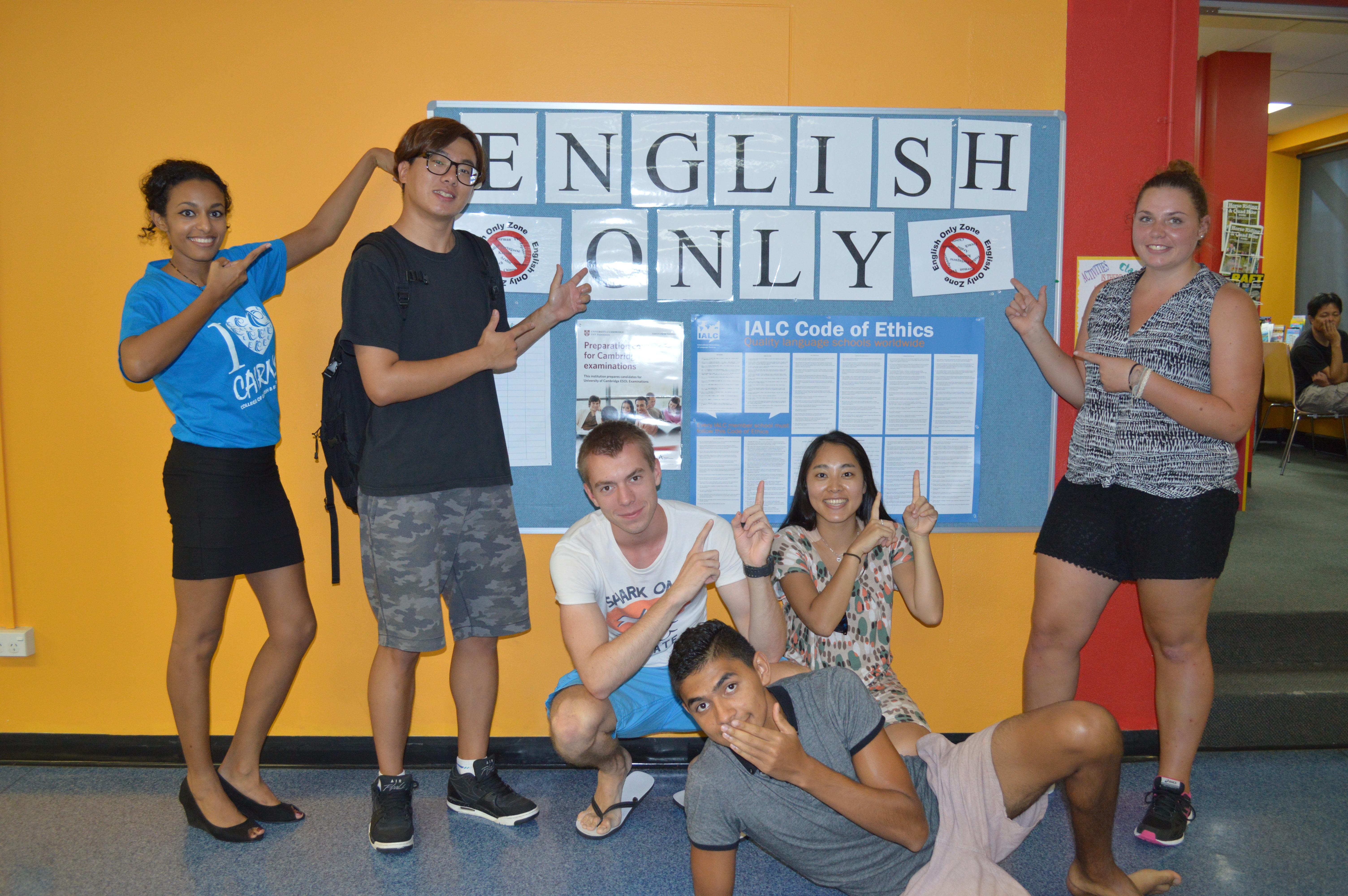 <h2><strong><u>おすすめ!IELTS</u><u>試験対策コース</u><u>をはじめとした英語コース</u></strong></h2> <p>IELTS試験対策コースは、受講された皆様から高得点取得の報告を多数いただいております。</p> <p>一般英語コースは、ビギナーからアドバンスレベルまで細かくレベルわけされています。</p> <p>そのほかケンブリッジ試験対策コース及びカスタマーサービスコースを定期的に開講しております。</p> <h3><strong><u></u><u>☆ポイント☆</u></strong></h3> <p>安心の担任制でしっかり上達が望めます。</p> <p>オーストラリア政府認定校です。NEAS及びIALCの認定校で質の高さが保証されています。</p> <p>学生・ワーキングホリデー・観光・永住等のビザをお持ちの16歳以上の方ならご受講いただけます。</p> <p><u></u></p> <h2><strong><u>英語だけじゃない!VET</u><u>コース</u></strong></h2> <p>職業訓練の教育・トレーニングコース受講後オーストラリア国内で認められた修了証や資格免許を取得できます。</p> <p>ビジネスコースのほかホスピタリティ・ツーリズム・TESOL・チャイルドケア等Certificate III・IV &amp; Diplomaコースを</p> <p>定期的に開講しております。</p> <h3><strong><u></u><u>☆ポイント☆</u></strong></h3> <p>出席日数(週2日~)も少なく,</p> <p>大学へのPathwayやスキル・知識を身につけ有利な就職活動など将来につながります。</p>
