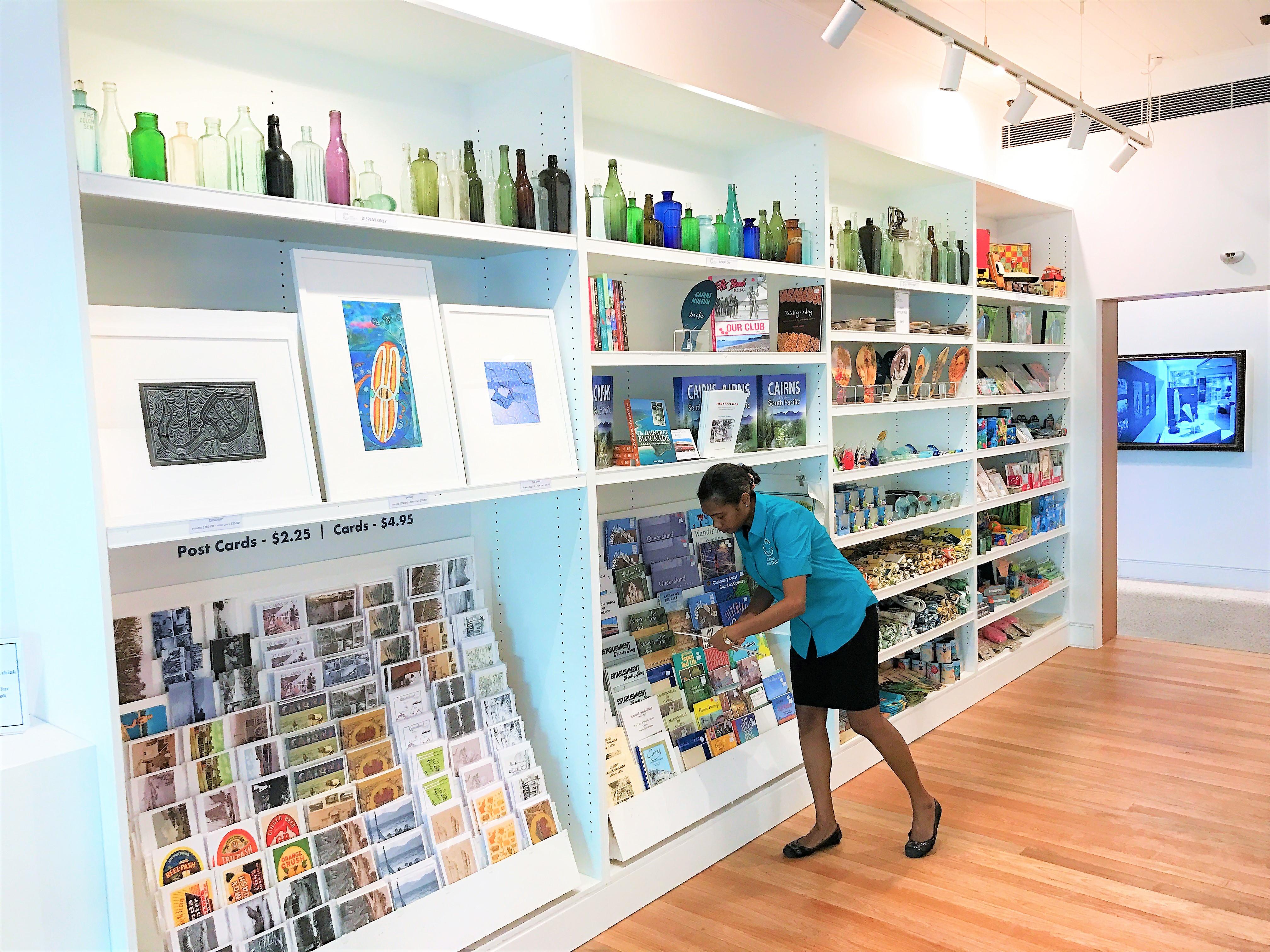 <p>ミュージアムの入口にはポストカードなどのお土産品が販売されています。</p>
