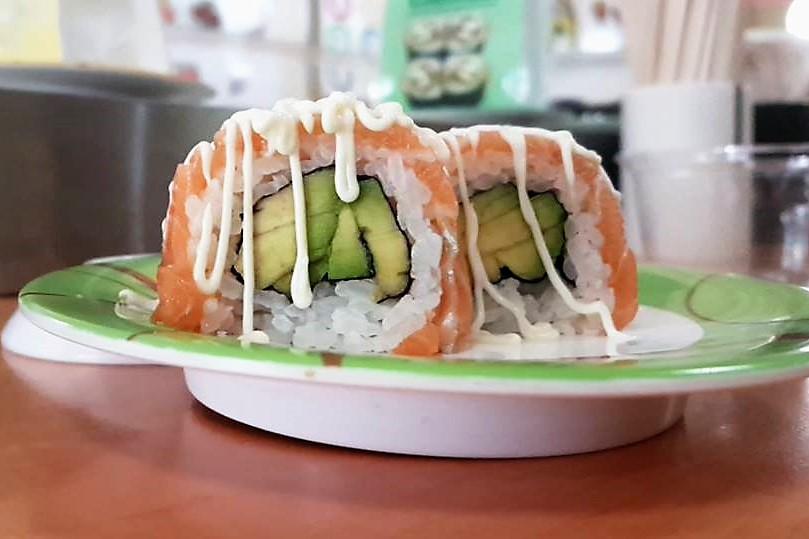 <p>サーモンとアボガドのロール寿司</p>