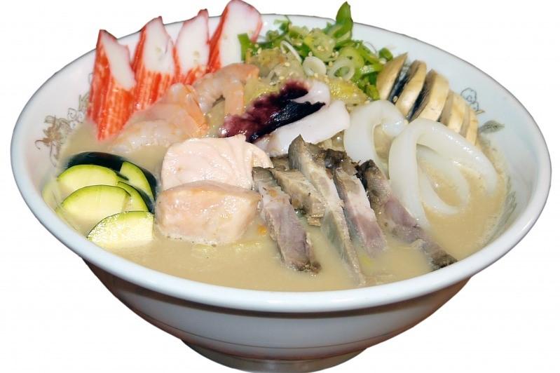 <p>肉、魚介類<i>、</i>野菜がたっぷり入った人気のちゃんぽんラーメン</p>