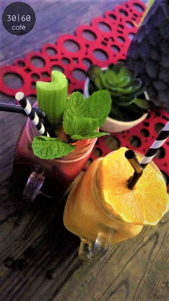 <p>甘いデザートだけでなく、好みの野菜やフルーツを組み合わせた</p> <p>ヘルシージュースもあり。</p>