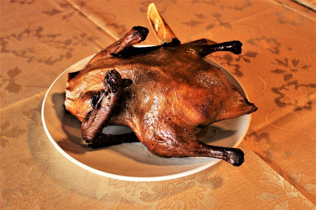 <p>Smoked Sugar Cane Duck:サトウキビの燻製ダック</p> <p>シェアするのにピッタリ。調理された後、サトウキビを使って燻製にされているので、食欲をそそるスモークとほのかに香るサトウキビの甘い匂いが絶品。</p>