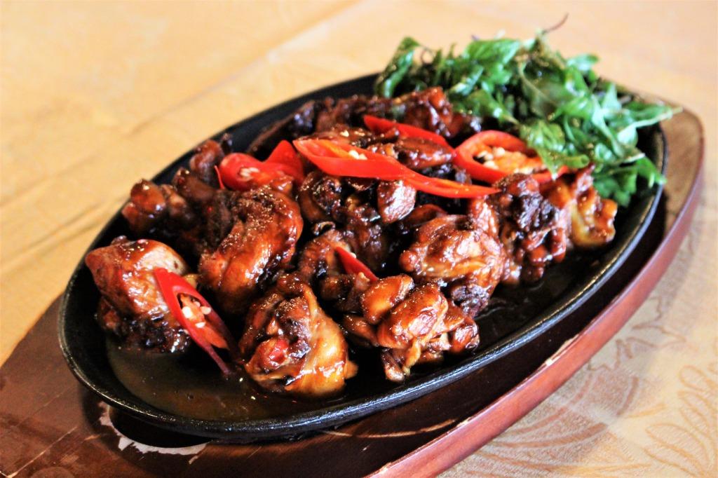 <p>Stir 3-Cup Chicken:3種の伝統的台湾のソースをミックスしたもの</p> <p>台湾料理を代表するStir 3-Cup Chicken(三杯鶏)は、台湾の伝統的なソースを3種類ミックスした複雑な味わいと、ゴマ油の風味が楽しめる、白いご飯にピッタリのしっかりとしたお味。</p>